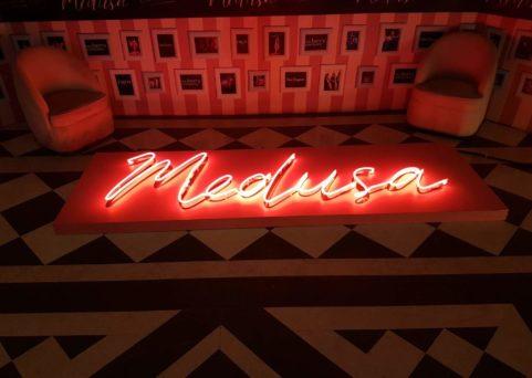 Enseigne en néon pour le Medusa à Cannes